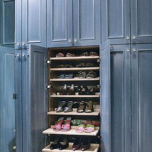 Diseño de armario vestidor de mujer, clásico renovado, extra grande, con armarios con paneles empotrados, puertas de armario azules y moqueta