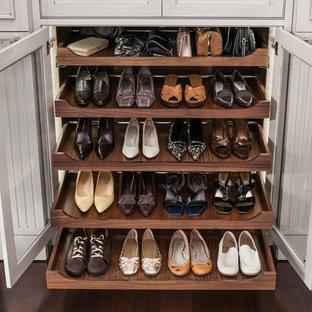 Foto de vestidor unisex, clásico, grande, con armarios con rebordes decorativos y puertas de armario grises