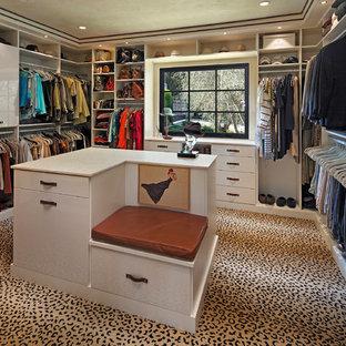 Imagen de armario vestidor unisex, mediterráneo, grande, con armarios con paneles lisos, puertas de armario blancas, moqueta y suelo multicolor