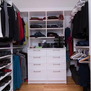 ローリーの中サイズの男女兼用トランジショナルスタイルのおしゃれなウォークインクローゼット (シェーカースタイル扉のキャビネット、白いキャビネット、無垢フローリング、オレンジの床) の写真