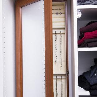 Inredning av ett klassiskt mellanstort walk-in-closet för könsneutrala, med skåp i shakerstil, vita skåp, mellanmörkt trägolv och orange golv