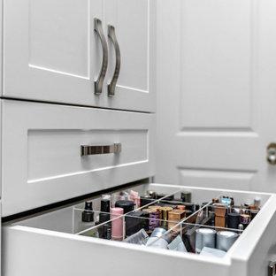 Modelo de armario vestidor unisex, contemporáneo, de tamaño medio, con armarios estilo shaker, puertas de armario blancas, suelo de baldosas de porcelana y suelo blanco