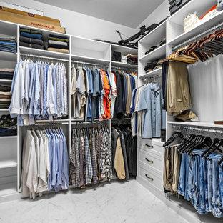 Ejemplo de armario vestidor unisex, actual, de tamaño medio, con armarios estilo shaker, puertas de armario blancas, suelo de baldosas de porcelana y suelo blanco