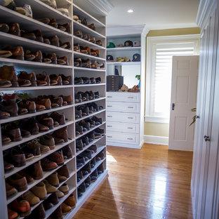Foto de armario vestidor de hombre, tradicional renovado, grande, con suelo marrón, armarios con paneles con relieve, puertas de armario blancas y suelo de madera en tonos medios
