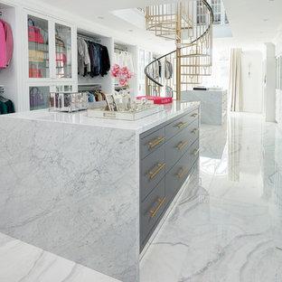 Esempio di un grande spazio per vestirsi per donna classico con pavimento in gres porcellanato e pavimento multicolore
