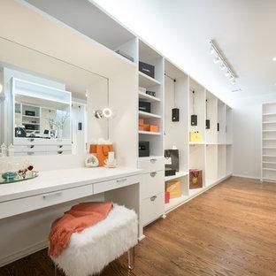 Exempel på ett modernt walk-in-closet för kvinnor, med släta luckor, vita skåp, mellanmörkt trägolv och brunt golv