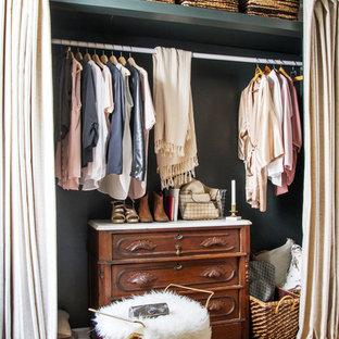 Immagine di un armadio o armadio a muro chic con pavimento in legno massello medio