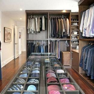 Imagen de armario vestidor de hombre, clásico, grande, con armarios con paneles lisos, puertas de armario de madera oscura y suelo de madera oscura