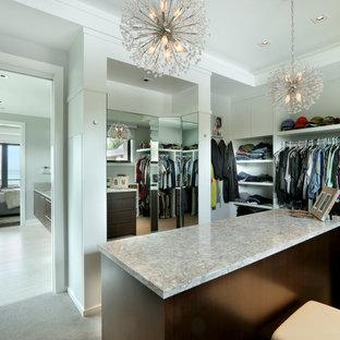 Modelo de armario vestidor de mujer, contemporáneo, grande, con armarios con paneles lisos, puertas de armario de madera en tonos medios, moqueta y suelo gris