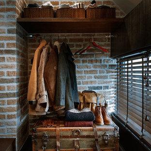 Esempio di una piccola cabina armadio per uomo industriale con nessun'anta