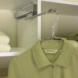 Ispirazione per armadi e cabine armadio contemporanei con ante con bugna sagomata, ante in legno bruno e pavimento in legno massello medio
