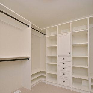 Immagine di una cabina armadio unisex classica di medie dimensioni con nessun'anta, ante bianche e moquette