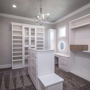Großer, Neutraler Klassischer Begehbarer Kleiderschrank mit flächenbündigen Schrankfronten, weißen Schränken, Teppichboden und grauem Boden in Sonstige