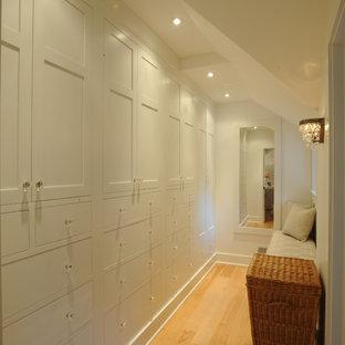 Bild på ett lantligt walk-in-closet, med skåp i shakerstil, vita skåp och ljust trägolv