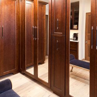 Inspiration för ett vintage omklädningsrum, med luckor med infälld panel, skåp i mörkt trä och ljust trägolv