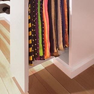 Foto de armario y vestidor contemporáneo con armarios con paneles lisos y puertas de armario blancas
