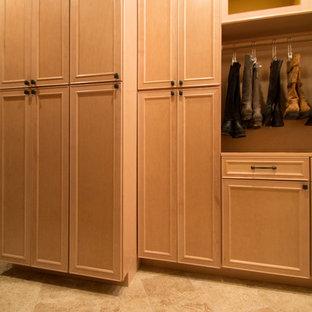 Ejemplo de armario vestidor unisex, tradicional, grande, con armarios con paneles con relieve, puertas de armario de madera clara, suelo de travertino y suelo beige