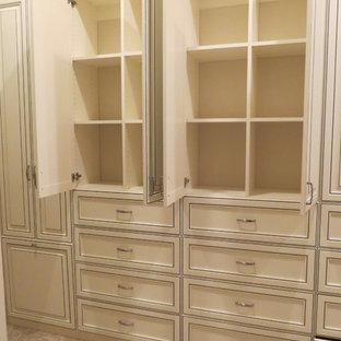 Imagen de armario vestidor de mujer, clásico, grande, con armarios con paneles con relieve, puertas de armario con efecto envejecido y moqueta