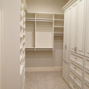 Imagen de armario vestidor de mujer, clásico, grande, con puertas de armario con efecto envejecido, moqueta, armarios con paneles empotrados y suelo beige