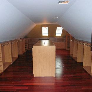 Inredning av ett mellanstort walk-in-closet för könsneutrala, med öppna hyllor, skåp i mellenmörkt trä och mellanmörkt trägolv