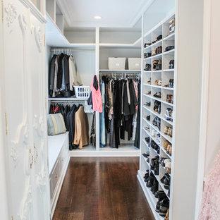 Imagen de armario vestidor unisex, romántico, grande, con armarios abiertos, puertas de armario blancas y suelo de madera oscura
