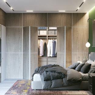 Inspiration för en mellanstor funkis garderob för könsneutrala, med släta luckor och skåp i ljust trä