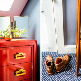 Diseño de armario y vestidor bohemio con moqueta y suelo azul