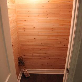 Ejemplo de armario unisex, minimalista, de tamaño medio, con suelo de madera oscura