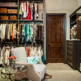 Idéer för stora vintage omklädningsrum för kvinnor, med luckor med infälld panel, bruna skåp och heltäckningsmatta
