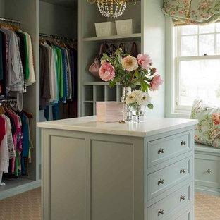 Idéer för att renovera ett mellanstort vintage omklädningsrum för kvinnor, med skåp i shakerstil, heltäckningsmatta, gröna skåp och beiget golv