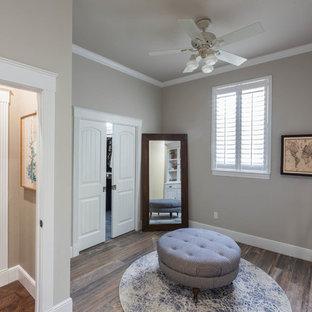 Diseño de vestidor de mujer, de estilo de casa de campo, con armarios tipo vitrina, puertas de armario con efecto envejecido, suelo de baldosas de porcelana y suelo marrón