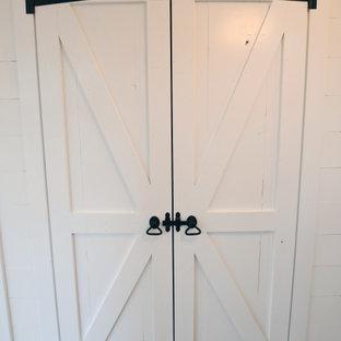 Imagen de armario campestre, de tamaño medio, con suelo de madera en tonos medios y suelo marrón