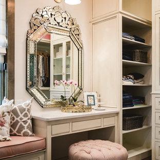 Modelo de vestidor de mujer, clásico, con armarios con rebordes decorativos, puertas de armario beige y suelo de madera oscura