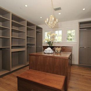 Foto de vestidor unisex, campestre, extra grande, con armarios con paneles lisos, puertas de armario de madera en tonos medios y suelo de madera en tonos medios
