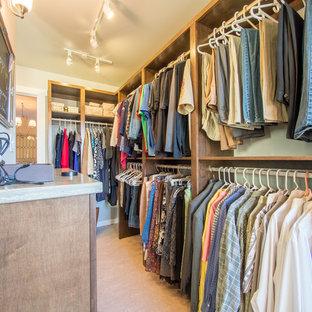 Inspiration för mellanstora lantliga walk-in-closets för könsneutrala, med skåp i shakerstil, skåp i mörkt trä och linoleumgolv
