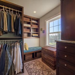 Modelo de armario vestidor unisex, campestre, de tamaño medio, con armarios estilo shaker, puertas de armario de madera en tonos medios y suelo de linóleo