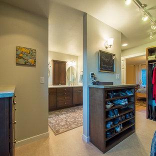 シアトルの中サイズの男女兼用カントリー風おしゃれなウォークインクローゼット (シェーカースタイル扉のキャビネット、濃色木目調キャビネット、リノリウムの床) の写真