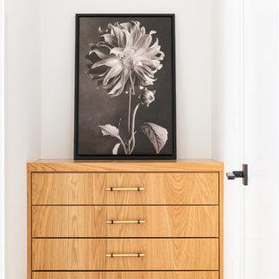 Foto de armario vestidor unisex, campestre, de tamaño medio, con armarios con paneles lisos, puertas de armario marrones, moqueta y suelo beige