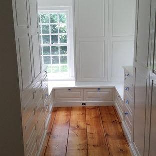 Imagen de armario vestidor unisex, campestre, grande, con puertas de armario blancas y suelo de madera en tonos medios