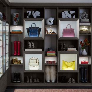 Foto di un ampio spazio per vestirsi per donna moderno con ante di vetro e pavimento multicolore