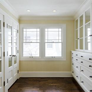ソルトレイクシティのトラディショナルスタイルのおしゃれな収納・クローゼット (ガラス扉のキャビネット、白いキャビネット) の写真