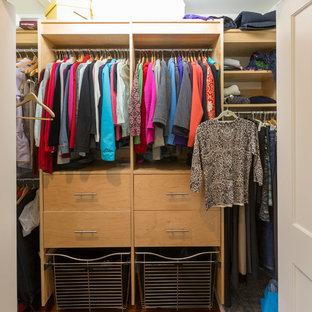 Modelo de armario y vestidor de mujer, actual, de tamaño medio, con puertas de armario beige, suelo de bambú y suelo marrón