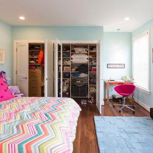 Ispirazione per un piccolo armadio o armadio a muro per donna design con pavimento in bambù e pavimento marrone