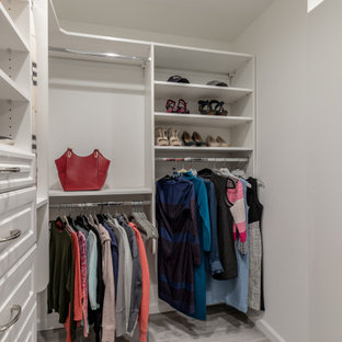 Imagen de armario y vestidor actual, grande, con puertas de armario marrones