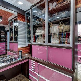 Foto di una cabina armadio per donna minimal con ante di vetro