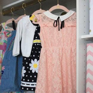 Idéer för att renovera ett litet klädskåp för kvinnor, med vita skåp, heltäckningsmatta och beiget golv