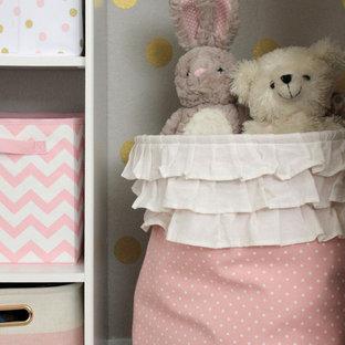 Foto de armario de mujer, pequeño, con moqueta, suelo beige y puertas de armario blancas