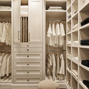 Idéer för mellanstora vintage walk-in-closets för könsneutrala, med luckor med infälld panel, vita skåp, mörkt trägolv och brunt golv