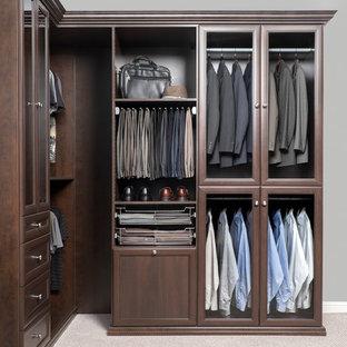 Bild på ett stort funkis walk-in-closet för män, med bruna skåp och luckor med infälld panel