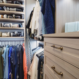 Неиссякаемый источник вдохновения для домашнего уюта: гардеробная комната среднего размера, унисекс в стиле современная классика с фасадами в стиле шейкер, фасадами цвета дерева среднего тона, ковровым покрытием и бежевым полом